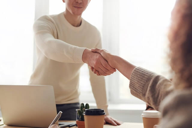 handen schudden online marketing kantoor